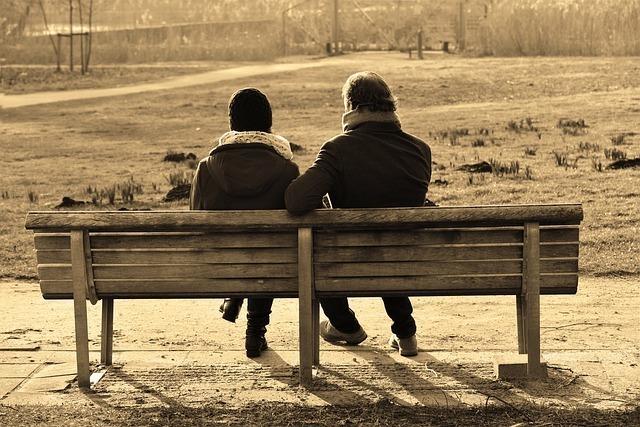 ベンチに座っている男女2人組です。