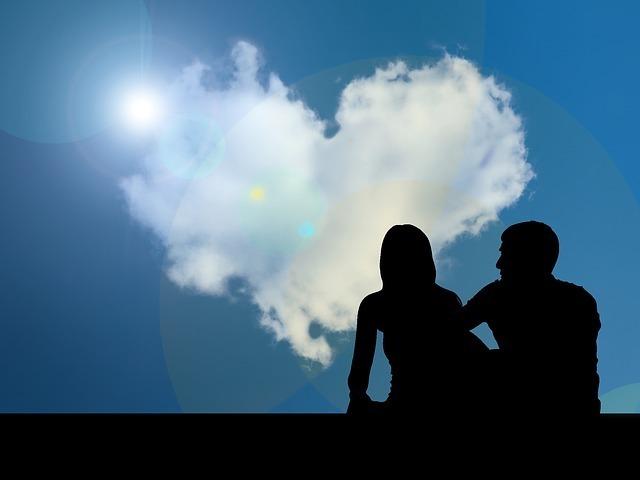 ハート型の雲とカップルの写真