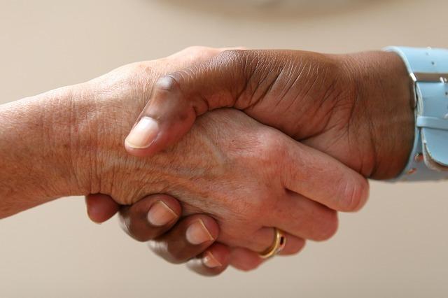 握手をしている2人の手の写真