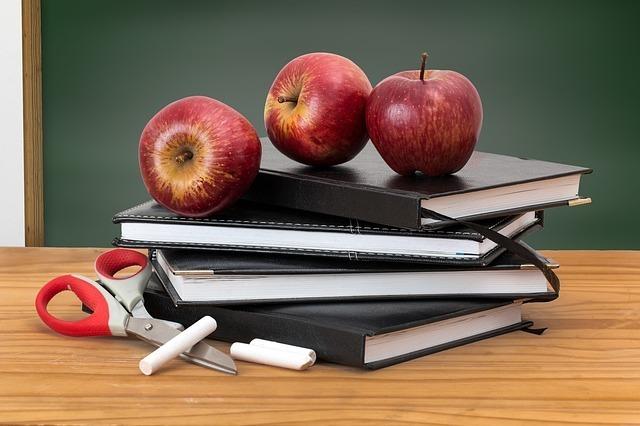 ノートとリンゴとはさみ