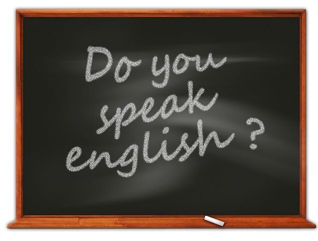「Do you speak English?」と書かれた黒板の画像