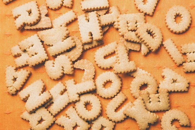 アルファベットクッキーが画面いっぱいに散らばっている