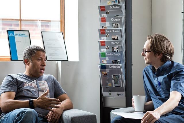 外国人男性2人が話している写真