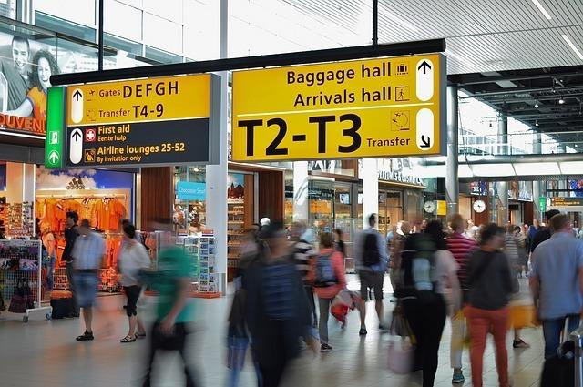 空港をたくさんの人が歩いている写真