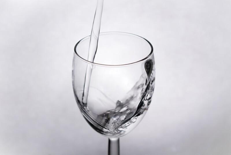 グラスに水が注がれている写真