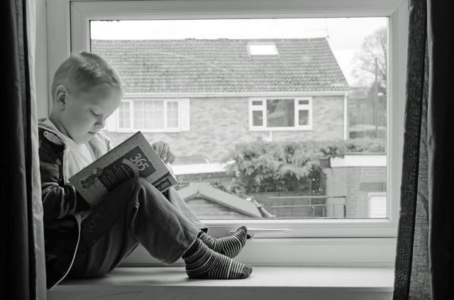 外国人の子供がば度際で勉強している写真