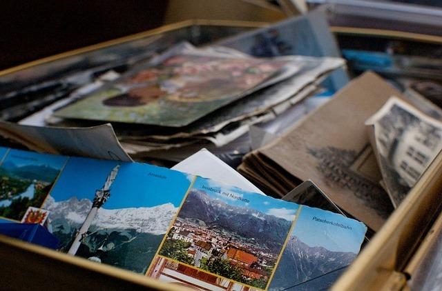 絵や本や写真が入った箱