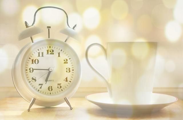 時計とティーカップ