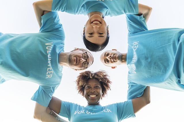 ブルーのTシャツを着た4人の国際ボランティア