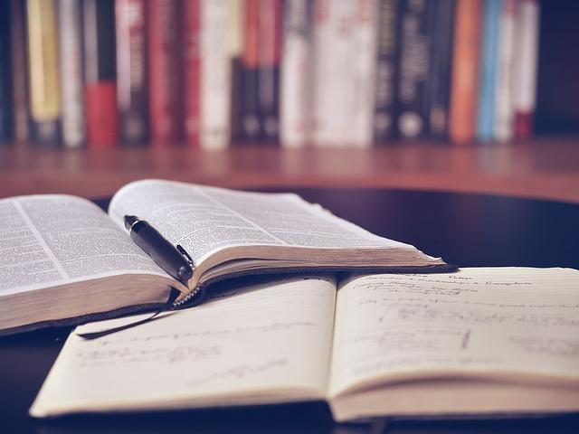本とノートが広げられている写真