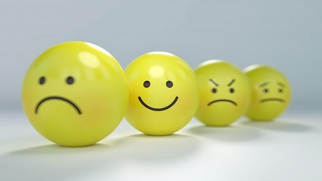 様々な表情が書かれたボール