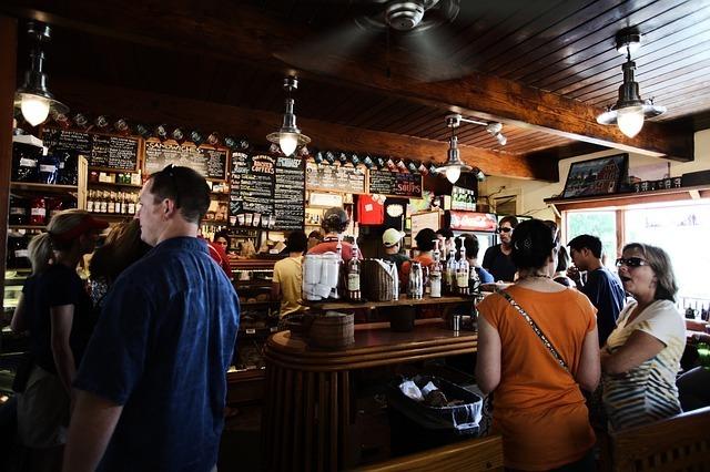 カフェ・バーで注文を待つ人たちの写真