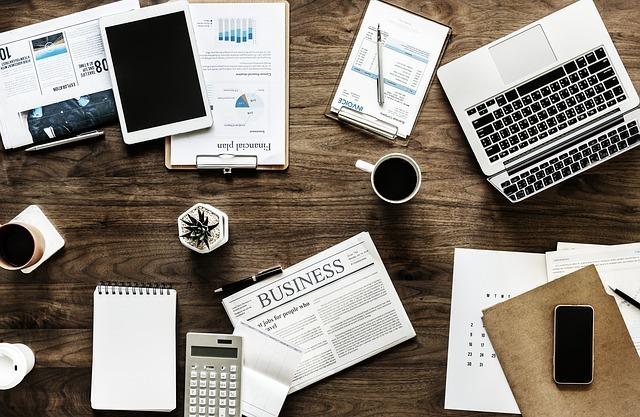 英字新聞、タブレット、パソコン、コーヒー