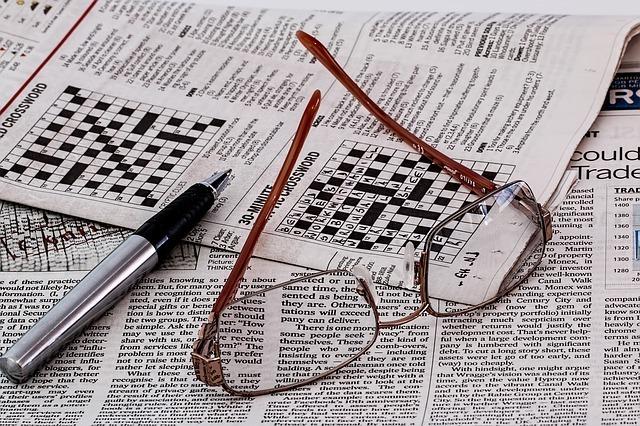 メガネ、ペン、英字新聞
