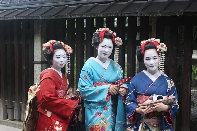 着物の女性3人
