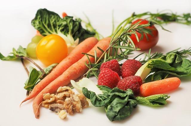 野菜と果物、ナッツの写真