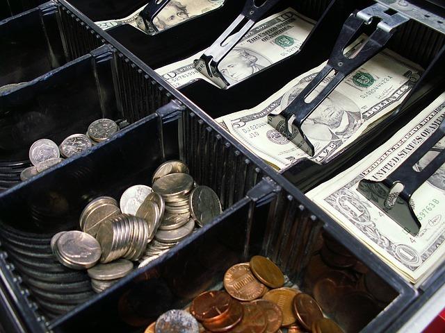レジの中のコインと紙幣の写真
