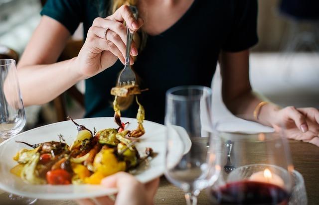 食事をしている女性の写真