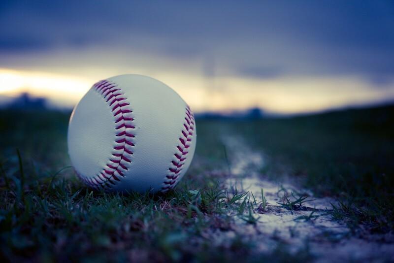 草の上に置かれた野球ボールの写真