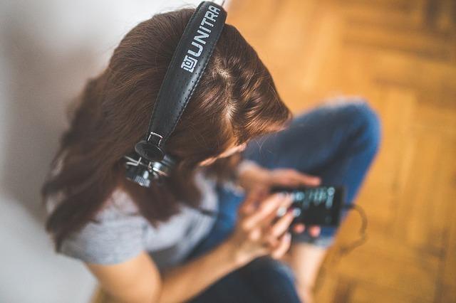 女の人が音楽を聴いている写真