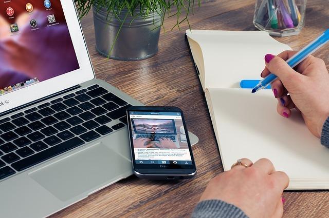 パソコン、スマートフォン、ノートの写真