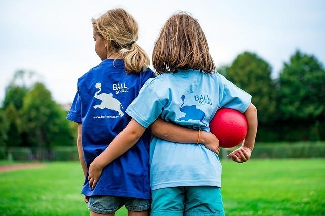 赤いボールと女の子2人の写真
