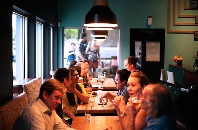 男女がレストランで話している写真