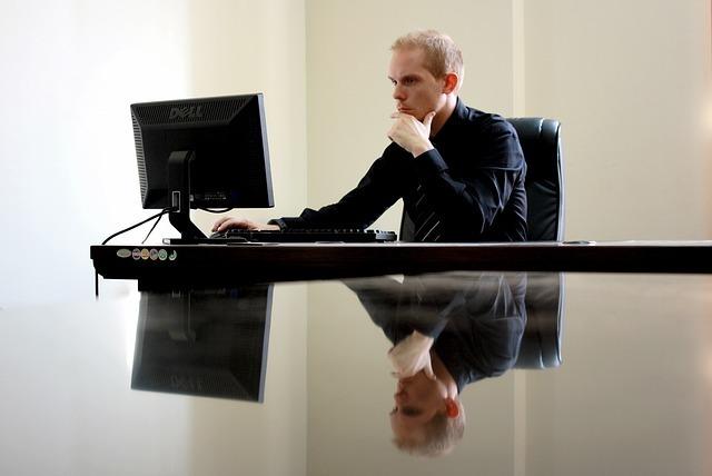 パソコンを見つめる男性の写真