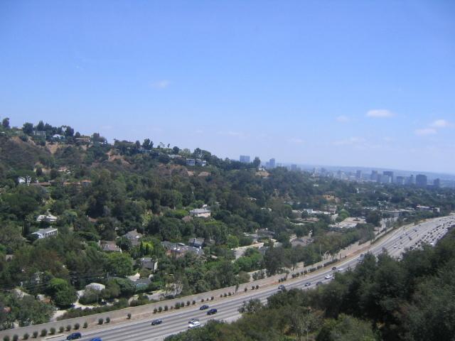 山の上から高速道路を見下ろした写真