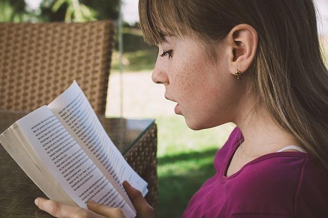 外人の女の子が本を読んでいる