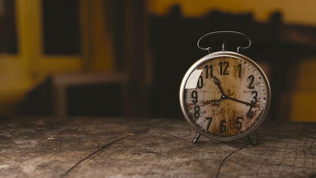 机の上に置いてある時計