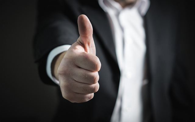 親指を立てている男性のイメージ