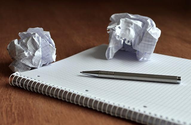 紙とペン、丸められた紙