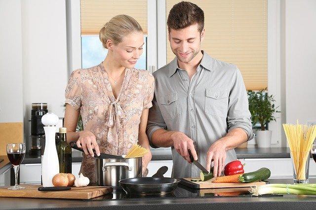 キッチンで料理をする男女