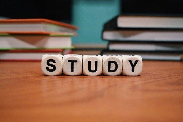 机の上にSTUDYの文字が並んでいる