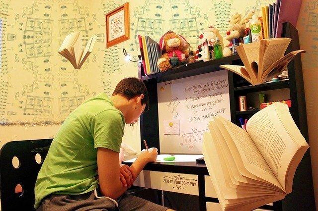 机で勉強している