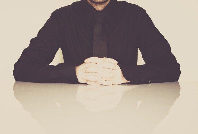 ビジネスマンが机に手を置いている