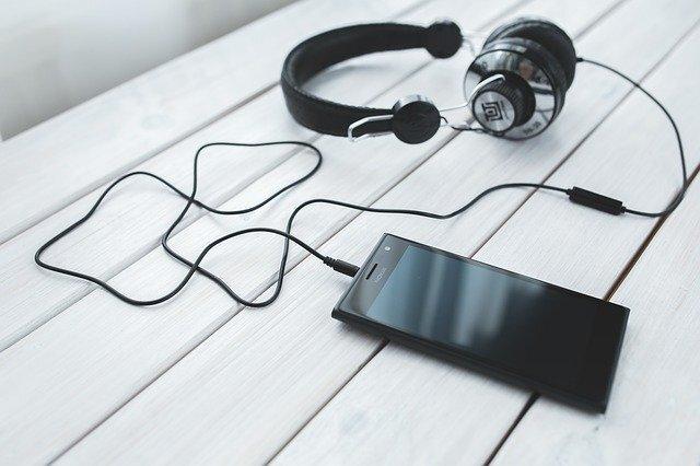 ヘッドフォンとスマートフォン