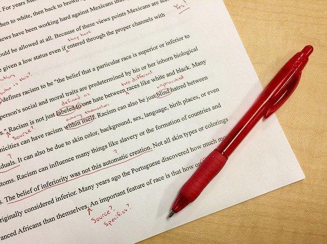 英語の資料と赤ペン