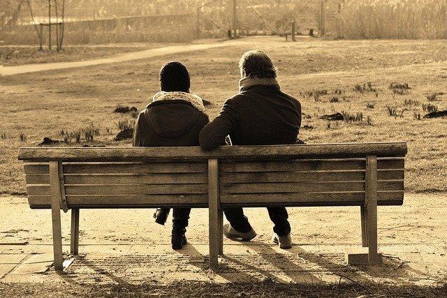 ベンチで会話する男女