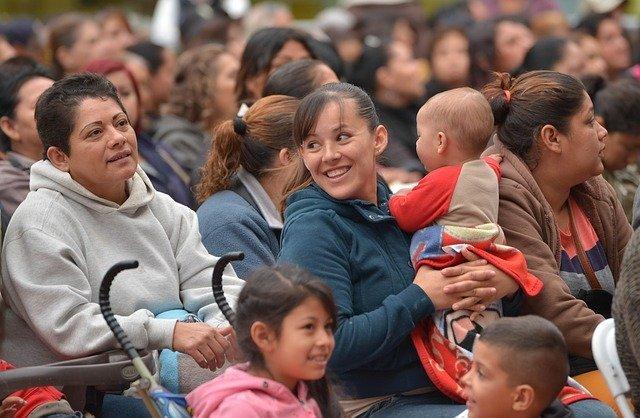 椅子に座る子供や女性