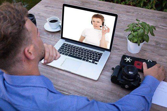 男性がパソコンの画面越しに女性と喋っている