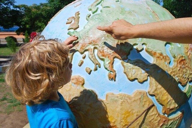 大きな地球儀と子供
