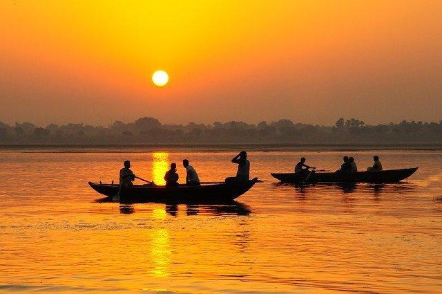 川にボートが二艘浮かんでいる夕焼け時