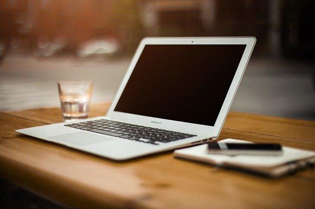 机の上のパソコン