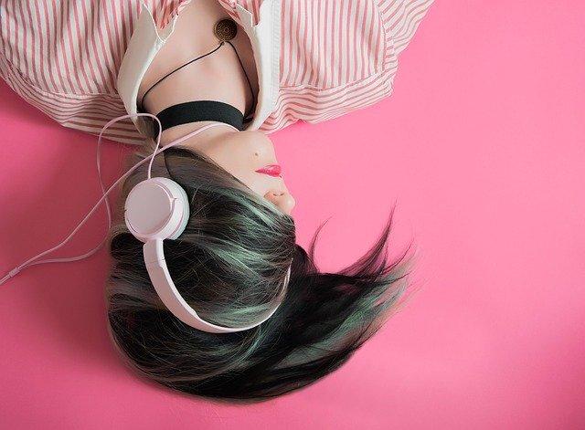 ヘッドフォンをつけて横たわる女性
