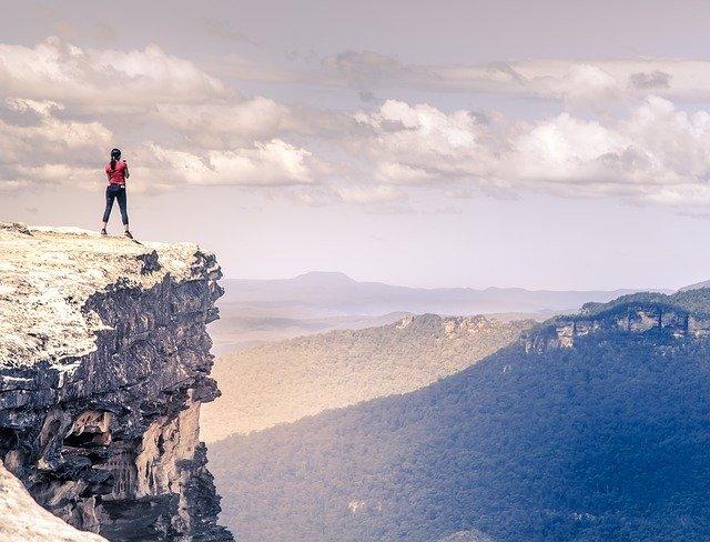 山の上に立つ女性