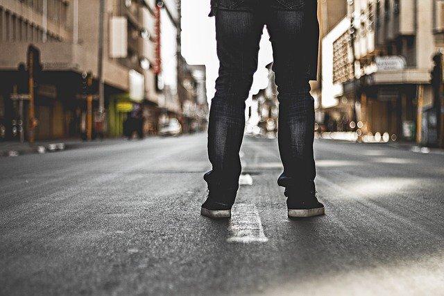 道路に立つ人の足