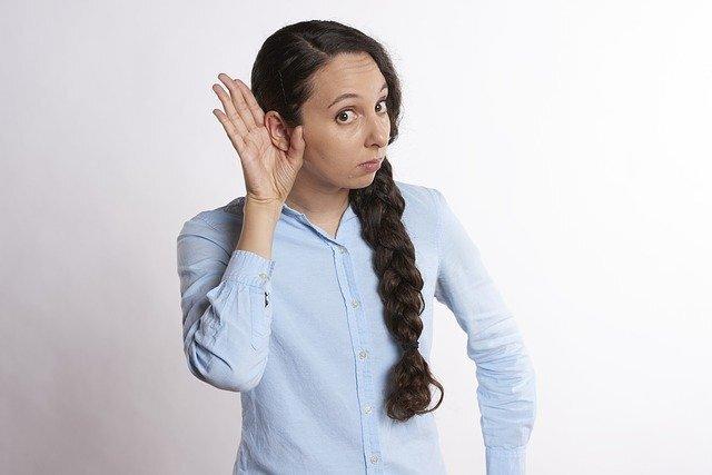 女性が耳をすましている