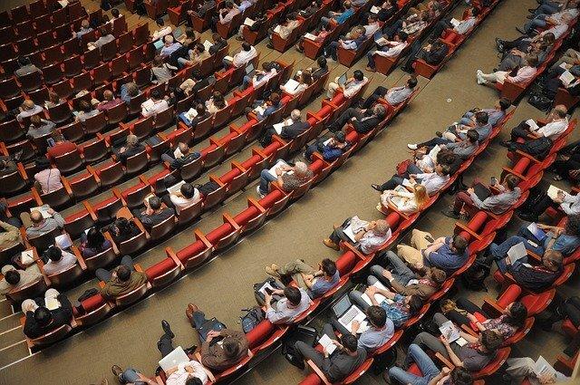 講堂にいる聴衆